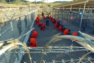 Après les attaques terroristes du 11 septembre 2001 à New York et Washington, de nombreux Américains se sont dits prêts à accepter des restrictions des libertés civiles pour combattre le terrorisme. C'est ce qui a permis à l'Administration Bush de réagir à la menace terroriste par de nombreuses et graves atteintes aux Droits de l'Homme, plus particulièrement à l'établissement pénitentiaire américain de Guantanamo Bay à Cuba.