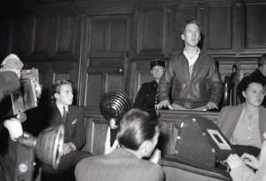 Plus d'une fois, l'apatridie de Garry Davis et son militantisme Citoyen du Monde l'ont amené devant les tribunaux, comme ici en France. Mais pour autant, il n'a jamais renoncé à son idéal.