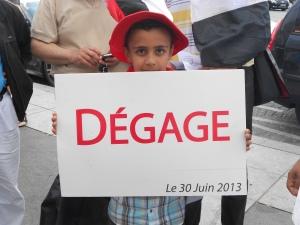 """En Tunisie comme en Egypte, le peuple n'avait qu'un seul mot à dire à ses dictateurs respectifs : """"Dégage"""". Aujourd'hui, tant les islamistes vainqueurs des élections libres ont trahi les espoirs des révolutions dans les deux pays, c'est à eux que ce court et simple slogan révolutionnaire est désormais destiné."""