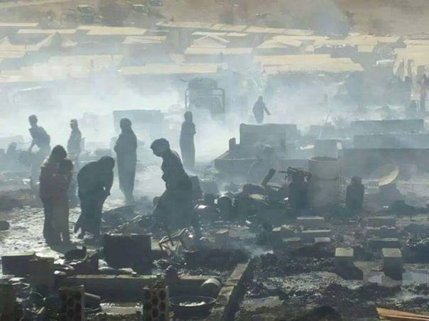 Les flammes ravagent le camp, réduisant les maigres biens des réfugiés syriens en cendres.