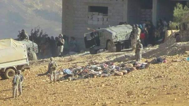 Non, ce ne sont pas des sacs poubelle que l'on voit aux pieds des soldats libanais ; ce sont des réfugiés syriens, dont la vie et la dignité ne semble pourtant pas, aux yeux des militaires, valoir plus que cela.