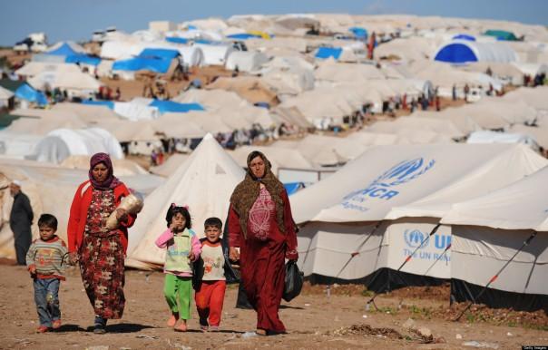 Des déplacés syriens marchent dans le camp d'Atme, le long de la frontière turque dans la province d'Idib, au nord-ouest de la Syrie, le 19 mars 2013. (C) BULENT KILIC/AFP/Getty Images