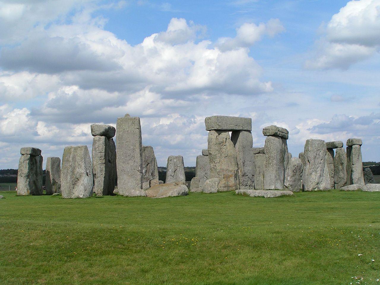 1280px-Stonehenge_Total